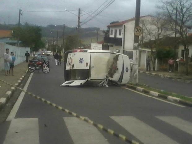 Ambulância bateu em poste após serr atingida por carro (Foto: David Brisola / TEM Você )