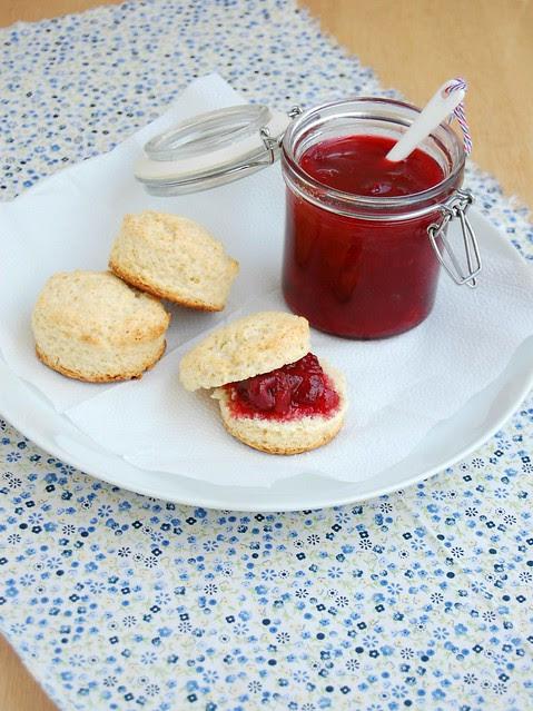 Cherry plum preserves + scones / Geléia de cereja e ameixa + scones