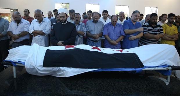 Amigos velam o corpo de Mohamed no cemitério islâmico de Guarulhos (Foto: Gabriel Chaim/G1)