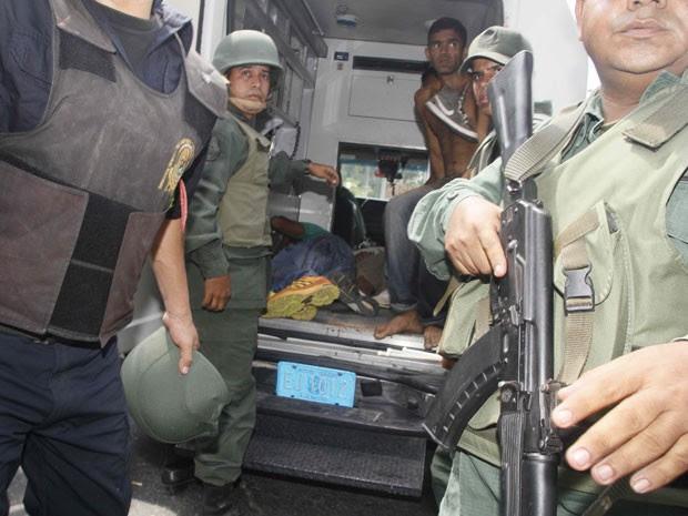 Policiais retiram presos e feridos da cadeia de Uribana, cenário de um motim que deixou mais de 50 mortos nesta sexta (25) (Foto: Reuters)