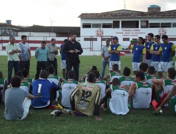 Presidente Anthony Armstrong conversa com jogadores do Alecrim (Foto: Tiago Menezes/GLOBOESPORTE.COM)