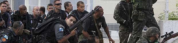 Policiais e militares participaram da ação que ocupou o conjunto de favelas