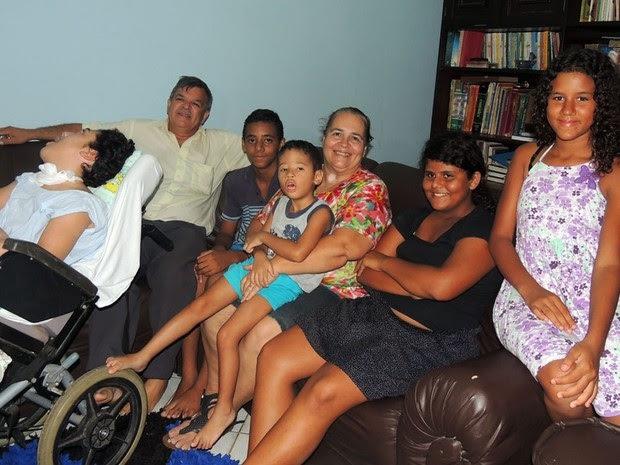 Casal Gediel e Lana reunido com cinco dos seis filhos adotivos (Foto: Felipe Gibson/G1)