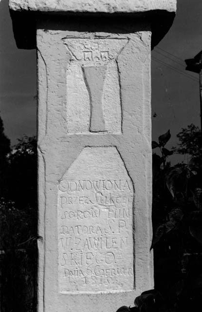Końskie, ul. Spacerowa, figura przydrożna. Fotografia z około 2000 r. Napis i nierozpoznany ryt.