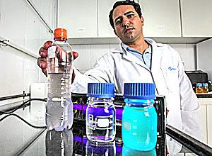 O químico Marco Aurélio Oliveira com as amostras