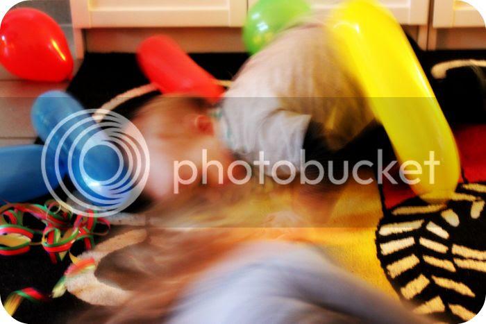 Silvesterparty mit Ballons und Luftschlangen