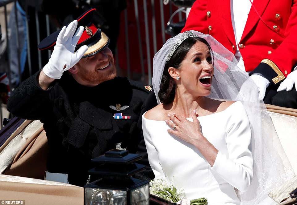 Risas: Uno de los simpatizantes de la multitud hace reír a Meghan y sonríe el príncipe Harry mientras continúan con su recorrido de 25 minutos por el mercado real.