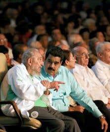Samedi, Fidel Castro a assisté à un gala organisé par une compagnie de théâtre pour enfants, accompagné du président vénézuélien Maduro.