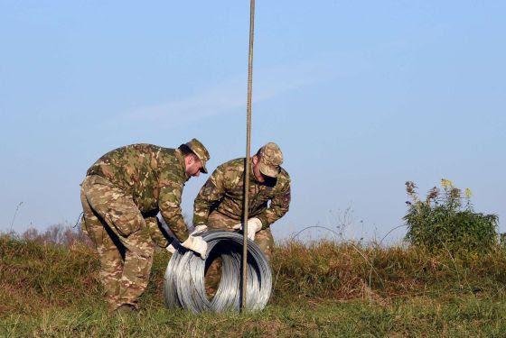 Soldados eslovenos preparan la valla fronteriza