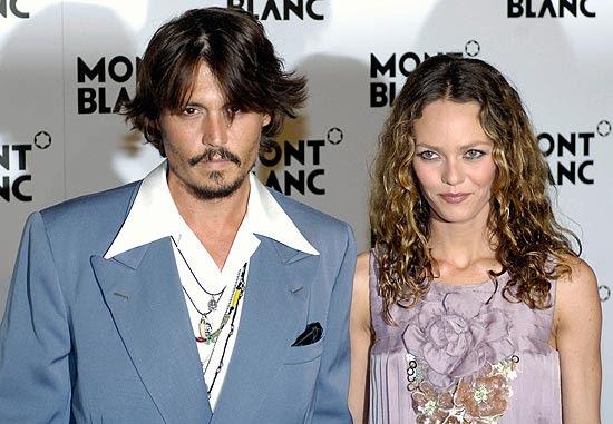 O ator norte-americano Johnny Depp e sua namorada, a cantora francesa Vanessa Paradis