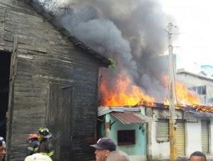 Colmado se incendia en Avenida Carlos Lora de Bella Vista, Santiago.