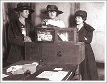 Tres sufragistas votando en Nueva York (1917)
