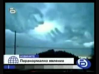 Enormes manos abren el cielo / Hands formed in the Clouds