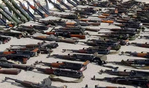 O estoque de armas foi encontrado perto de uma mesquita