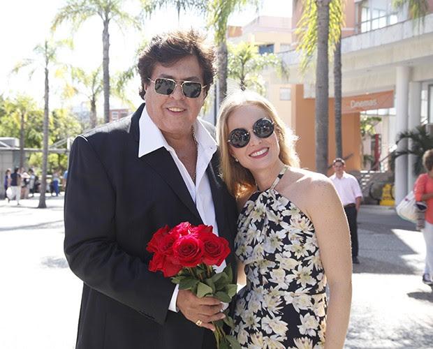 Com rosas vermelhas, cantor mostra todo seu lado romântico (Foto: Raphael Dias / TV Globo)