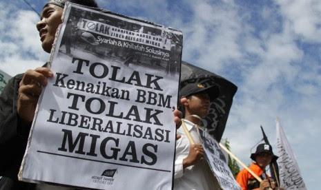 Aktivis yang tergabung dalam Hizbut Tahrir Indonesia (HTI) mengusung spanduk dan poster berjalan kaki menuju kantor DPRA saat aksi menolak liberalisasi migas dan kenaikan bahan bakar minyak di Banda Aceh, Jumat (7/11). (Antara/Ampelsa)