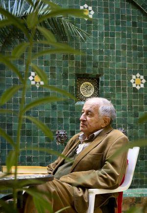 Juan Goytisolo, en el patio de su casa de Marraquech.