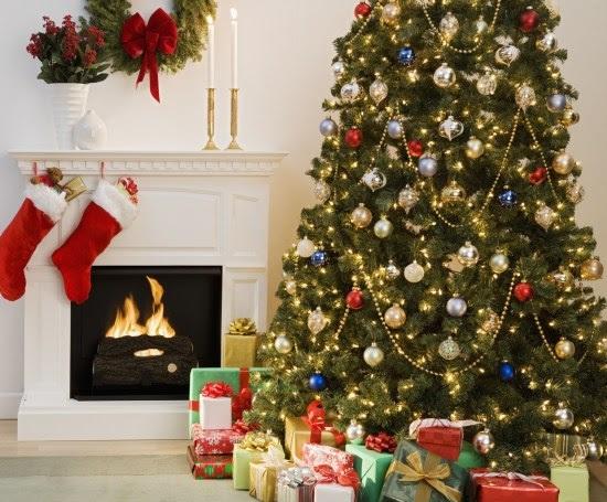Weihnachtsbaum Dekoration im traditionelle, üppigen Stil
