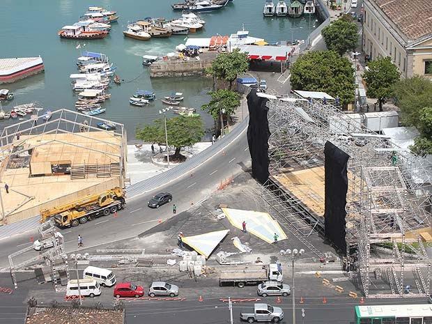 Montagem da estrutura do réveillon de Salvador, no bairro do Comércio  (Foto: Bruno Concha/Divulgação )
