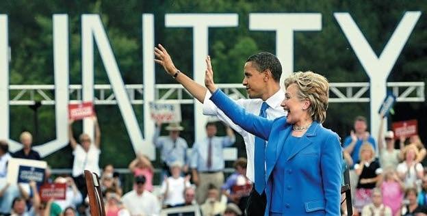 """""""오바마와 나는 힘겨운 경선을 벌였지만, 2008년 6월 뉴햄프셔 주 유니티에서 열린 첫 번째 통합연설을 하러 가는 버스 안에서 편안하게 대화했다. 유니티를 첫 번째 연설 장소로 정한 이유는 마을 이름이 '통합'을 의미할 뿐 아니라, 그곳에서 버락과 내가 대통령 후보 지명투표에서 똑같이 득표했기 때문이다.""""/김영사 제공, ⓒBarbara Kinney"""
