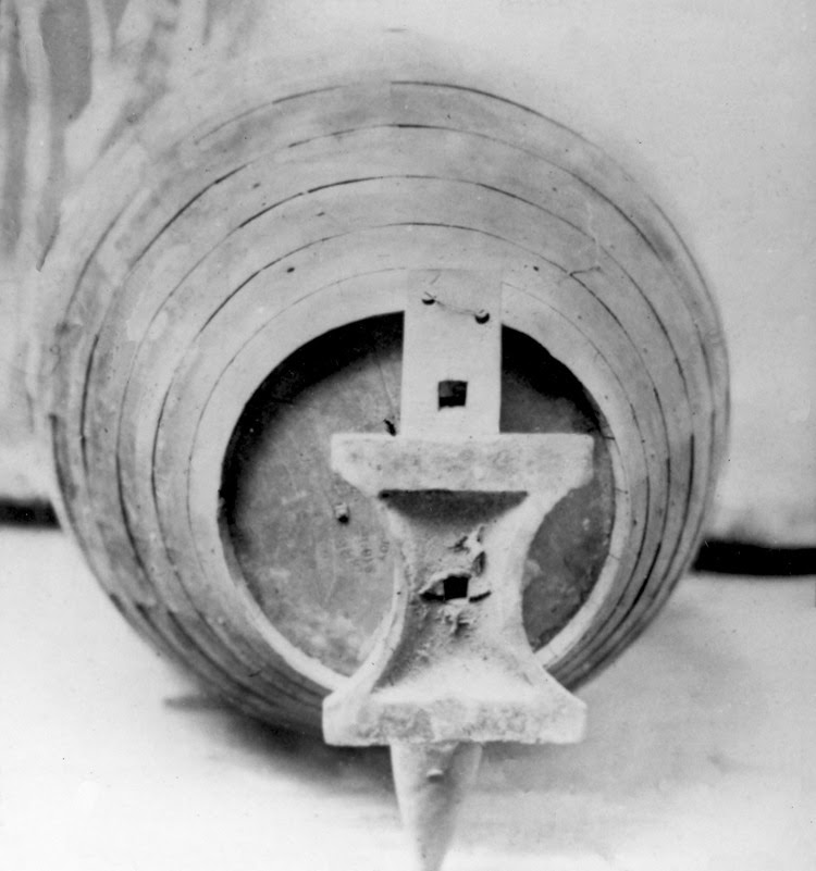 http://www.forensicgenealogy.info/images/annie_edson_taylor_barrell_with_anvil.jpg