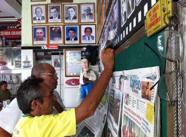 Clientes de café em Sobral usam 'óculos comunitários' para ler jornais