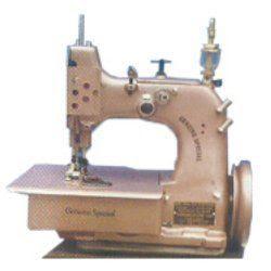 Máquina de coser coser sobre el borde de la alfombra