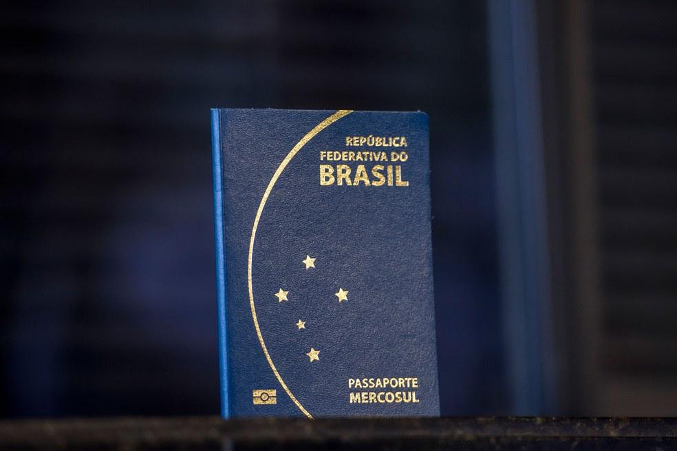 Imagem mostra modelo atual do passaporte brasileiro (Foto: Marcelo Camargo/Agência Brasil)