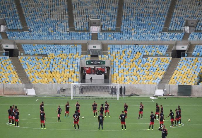 Antes de jogo deste domingo, Flamengo trabalha no gramado do Maracanã (Foto: Gilvan de Souza/Flamengo)