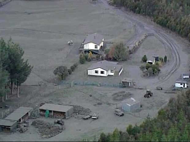Cinsas do vulcão Tongariro cobrem casas e campos agrícolas na Nova Zelândia. (Foto: TV3 / Reuters)