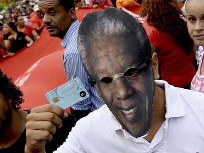 Cartão de conta salário também foi apresentado durante a manifestação Foto: Ricardo Matsukawa / Terra