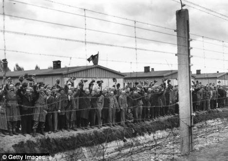 Prigionieri liberati da Dachau festeggiare la loro libertà maggio 1945