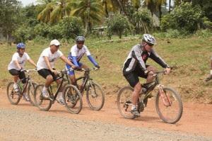El Vicepresidente de la República, Luis Liberman Ginsburg y el Director Ejecutivo del Consejo Nacional de Vialidad (Conavi) Carlos Acosta Monge participaron hace algunos meses de una competencia de ciclismo en la Ruta 1856Foto: conavi