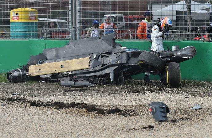 Fernando Alonso sofre forte acidente durante GP da Austrália (Foto: Reuters)