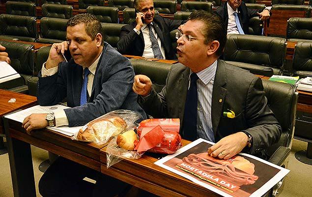 Deputado Sóstenes Cavalcante distribui pão com mortadela em sessão plenária da Câmara dos Deputados, em Brasília (DF)