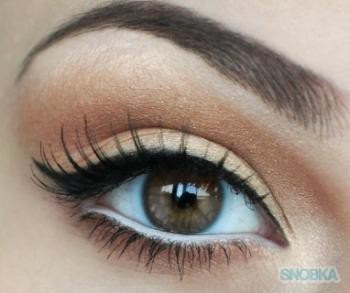 Penggunaan eyeliner Putih paad lower Waterline