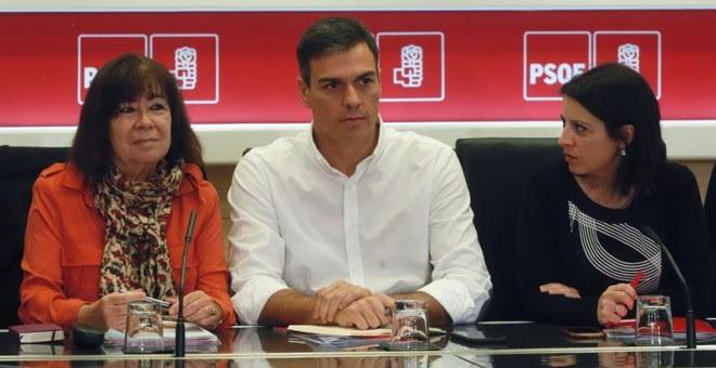 Cristina Narbona, Pedro Sánchez y Adriana Lastra, este lunes. EFE/Fernando Alvarado