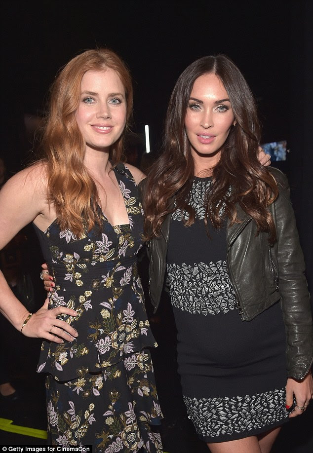 She looks incredible: The stunner, who hails from Tennessee, put her arm around Amy Adams (left)