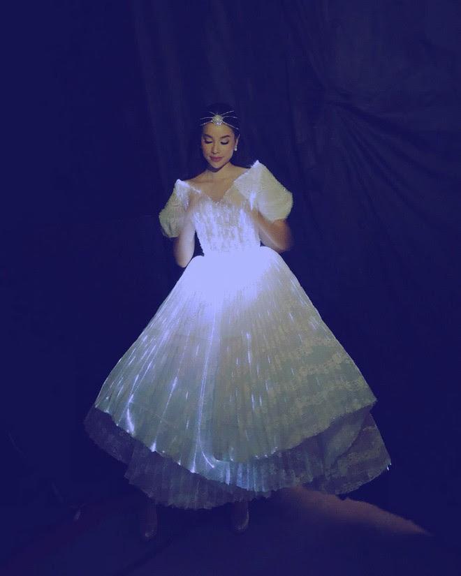 Diện đầm phát sáng, Phạm Hương chính là công chúa sáng nhất Gala WeChoice Awards 2017 theo cả nghĩa đen lẫn nghĩa bóng - Ảnh 4.
