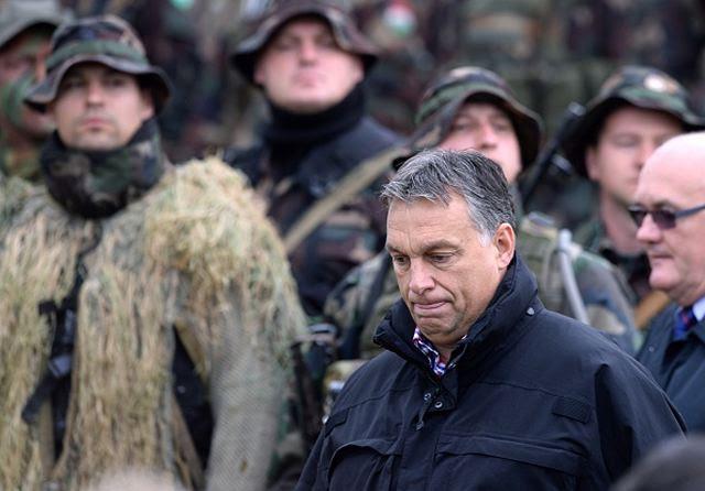 """El ejército húngaro está en el camino de un """"proceso de modernización técnica"""", el primer ministro Viktor Orban dijo a los medios de comunicación públicos el jueves 2 de octubre de 2014 Después de observar un ejercicio militar en Osku, en el oeste de Hungría, Orban dijo que se ha hecho necesario para reemplazar el equipo básico. Él dijo que sería """"bastante costoso"""", pero agregó que no necesita ser completado """"una sola vez"""". (Fuente POLITICS.HU)"""