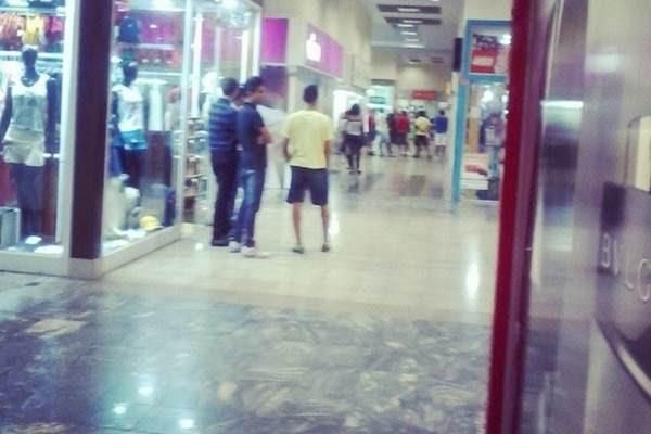 Clientes e funcionários ficaram presos dentro do shopping aguardando a liberação do local (Reprodução/Instagram/@jrbailla)