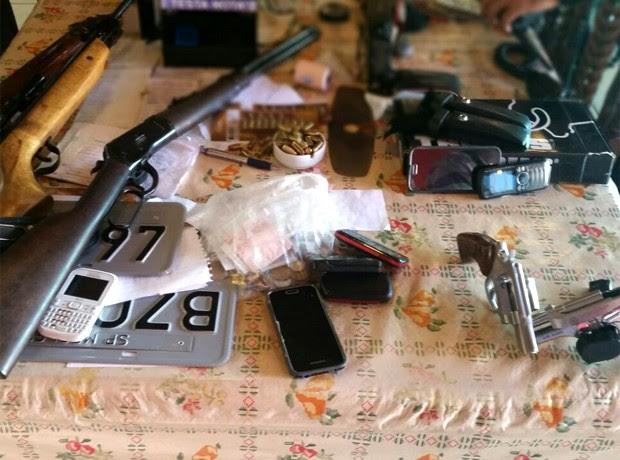 Armas, rádios e outros objetos estavam no local onde acontecia o jogo do bicho em Mogi Guaçu (Foto: André Natale / EPTV)