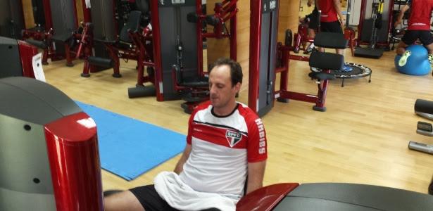 Rogério Ceni faz exercícios na academia, no CT da Barra Funda