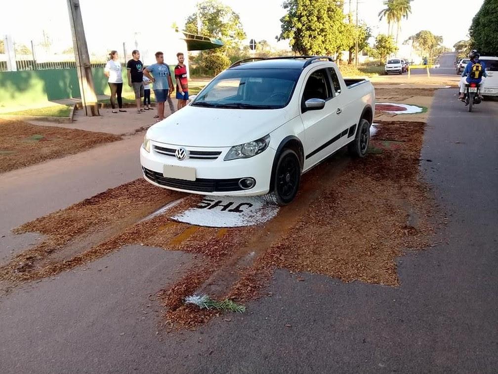 Motorista freou bruscamente sobre tapete em Ji-Paraná, dizem testemuhas (Foto: Facebook/Reprodução)