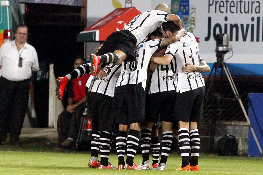 Jogadores comemoram gol de Jadson - Carlos Jr/Futura Press/Folhapress