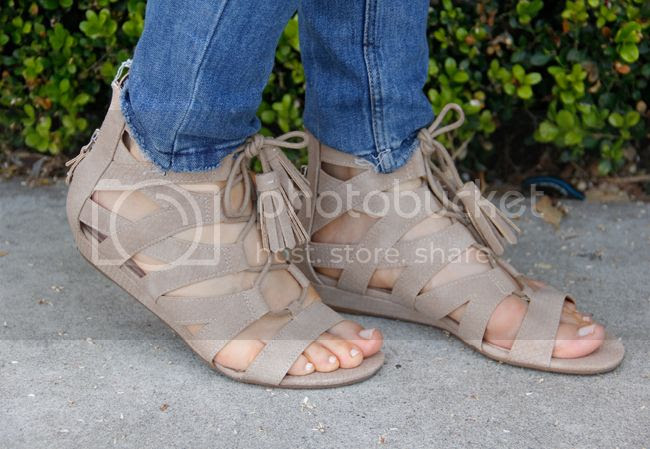 Fashion blogger The Key To Chic wears Sam & Libby Arianna gladiator sandals