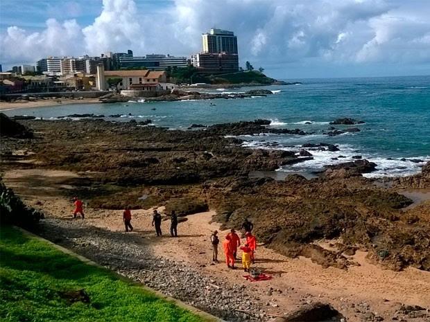 Corpo é encontrado na praia do Rio Vermelho (Foto: Henrique Mendes/G1)