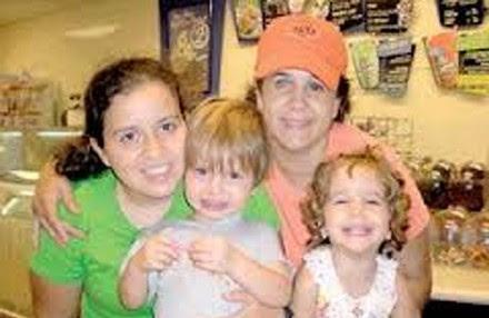 Carla María Herrera con su esposa e hijas. Foto: Especial