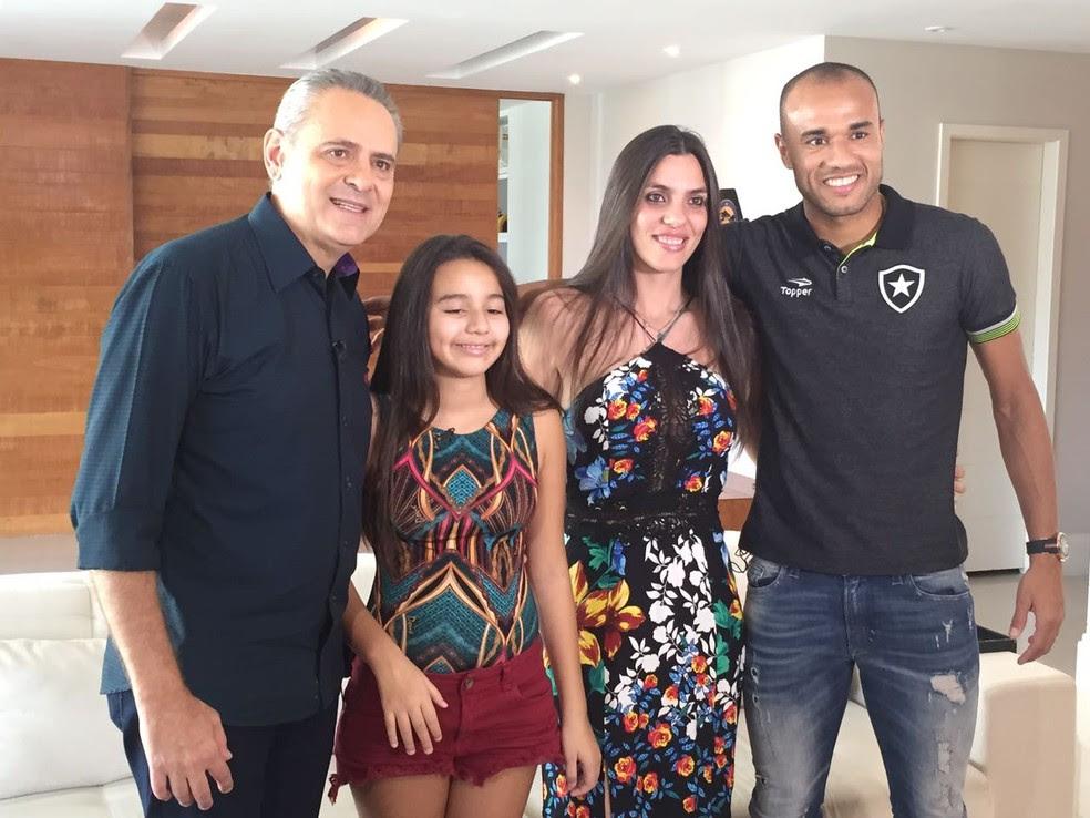 Descrição da imagem: Roger posa para foto ao lado de Giulia, a mulher e o narrador Luis Roberto (Foto: Felippe Costa)