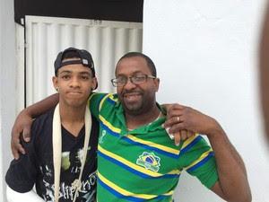 Gustavo com o pai em Londres (Foto: Arquivo Pessoal)